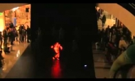 Nerealus švytinčių šokėjų pasirodymas
