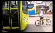 Karas keliuose: Autobusas prieš dviratį
