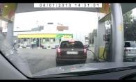 Atsargiai! Moteris už vairo!