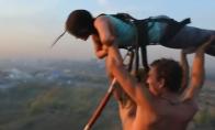 Mergina numetama nuo 50m aukščio pastato