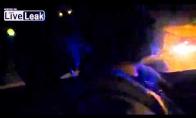 Du durneliai filmuoja, kaip bėga nuo mentų