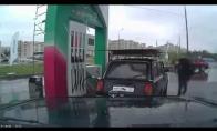 Linksmas rusų degalų pildytojas