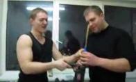 Lietuvių vyrai kepa pyragą