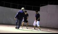 Senukas parodo jaunimui kaip reikia elgtis su kamuoliu