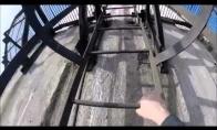 Beprotis rumunas ant milžiniško bokšto