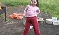 Vaikas parodo kaip reikia šokti