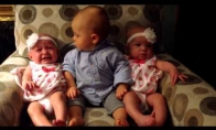Mažylis bando rast skirtumus tarp dvinukių