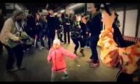 Mažylė parodo, kaip reikia judėti