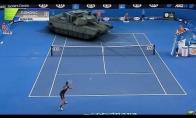 Džokovičius žaidžia tenisą prieš tanką