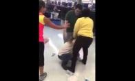 Kai maža mergaitė šokinėja prieš dvigubai didesnę moterį