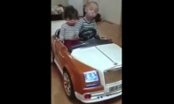 Jaunuolių porelė už vairo visiškai apsinešę