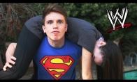 Vyrukas parodijuoja WWE veiksmus su savo mergina
