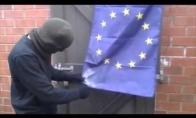 Teroristas bando sudeginti ES vėliavą