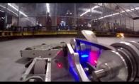Robotas ištaško priešininkus kaip vaikus