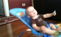 Vaikas treniruoja pilvo presą