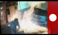 Durna piromanė padega vyro mašiną