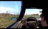 Vairuotojas atsijungia važiuodamas keliu