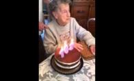 Kai šimtametė bando užpūsti žvakutes