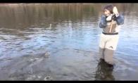 Moteris žvejyboje