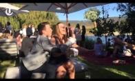 Kai vaikinas nenori, kad jo mergina pagautų vestuvinę puokštę