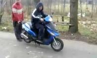 Pavojingas triukas su motoroleriu
