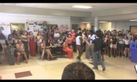 Moksliukas netikėtai laimi mokyklos šokių dvikovą