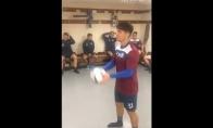 Ką futbolininkai veikia persirengimo kambaryje?