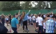 Tėvukas parodo šokio judesių klasę