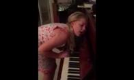 Lunatikė groja pianinu