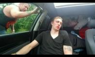 Žiaurus pokštas miegančiam draugui