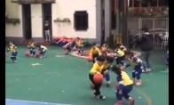 Kinų vaikai rodo krepšinio varymo techniką