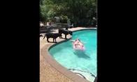 Moteris išgyvena ryklio ataką baseine