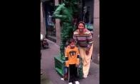Gatvės artistas pamoko nesupratingą mamą