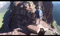 Laipiotojas uolomis vos nenugarma žemyn