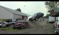 Kaip linksminasi automobilių savartyno darbuotojai?