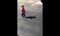 Mergaitė bijo savo šešėlio