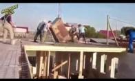 Kai statybininkai pataupo ant medienos