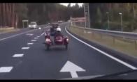 Kai motociklo keleivis pameta vairuotoją