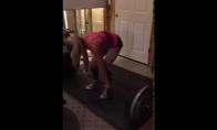 Maža mergaitė turi raumenį
