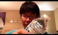 Bandymas išgerti vandens butelį per sekundę