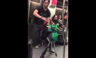 Dainuojantis skeletas linksmina metro keleivius