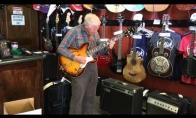80-metis parodo klasę gitarų parduotuvėje