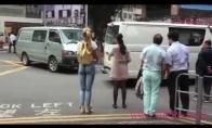 Pasivaikščiojimas gatvėmis su nupieštais džinsais