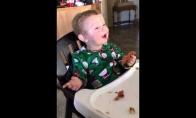 Vaikas pirmą kartą paragauja šoninės