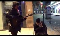 Benamis prisijungia prie gatvės muzikanto