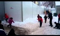 Apsauginių sniego karas su pabėgėlių vaikais