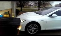 Tesla prisiparkuoja į garažą savarankiškai