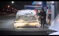 Moteris degalinėj padega mašiną