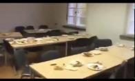 Pabėgėlių stovyklos valgykla po pietų