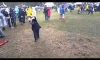 Girtas vaikis rodo šokio judesius